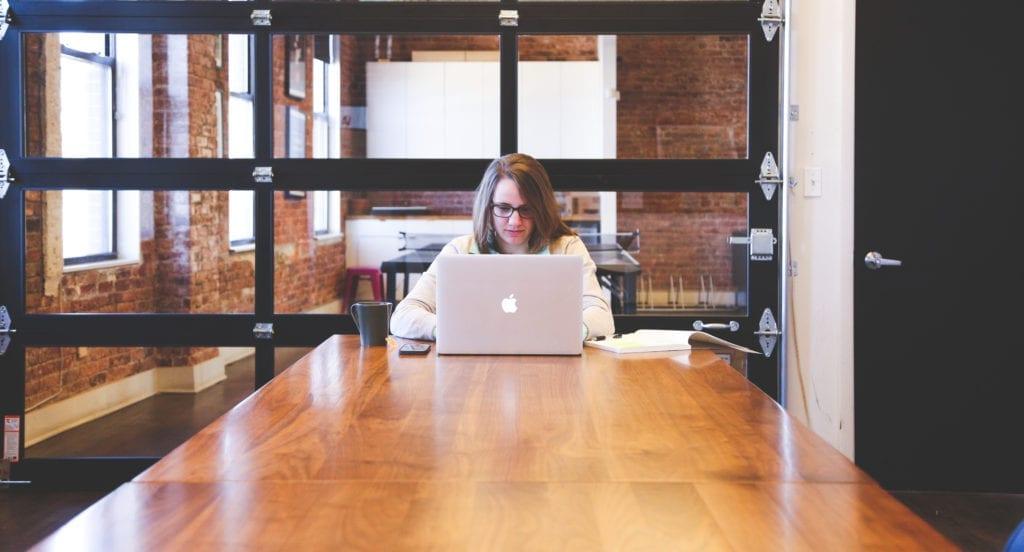 Kvinde studerer